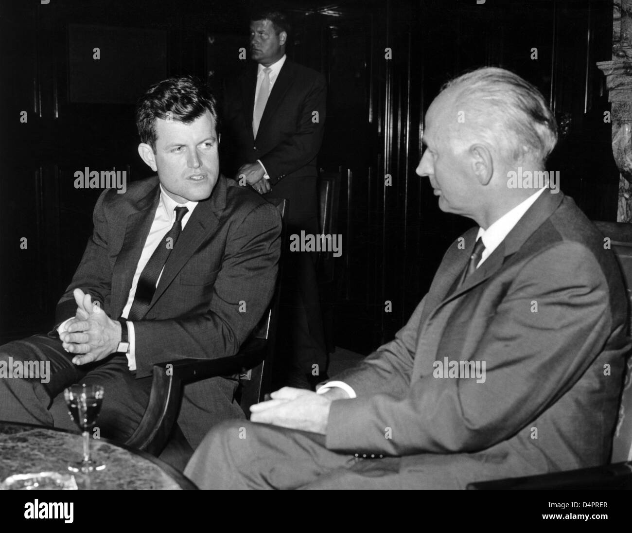 (dpa file) A file picture dated 25 May 1964 captures U.S. Senator Ted Kennedy (L) under discussion with Hamburg?s - Stock Image