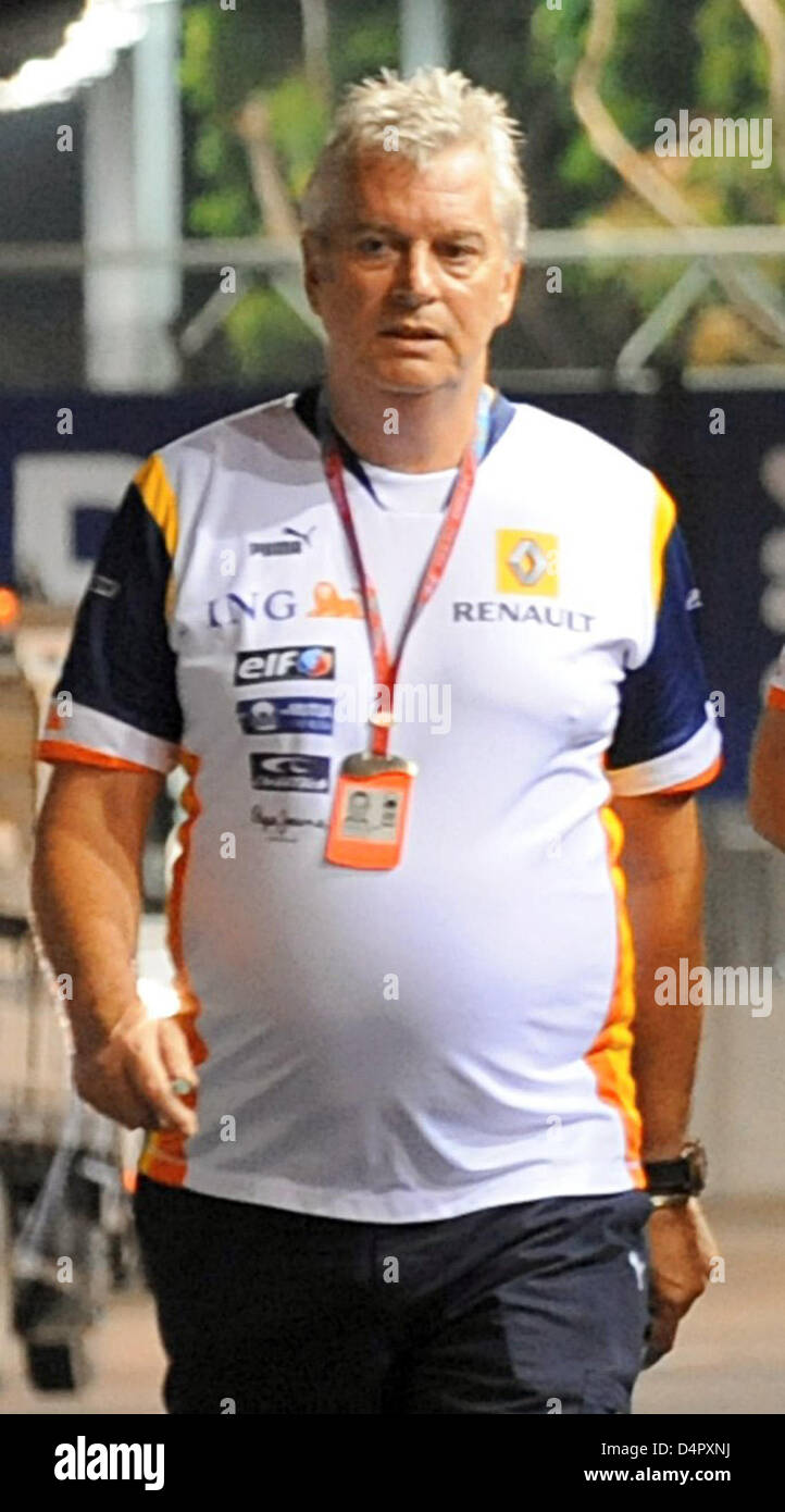(dpa file) A file picture dated 25 September 2008 displays Pat Symonds, engineering director of Renault F1, inspecting - Stock Image