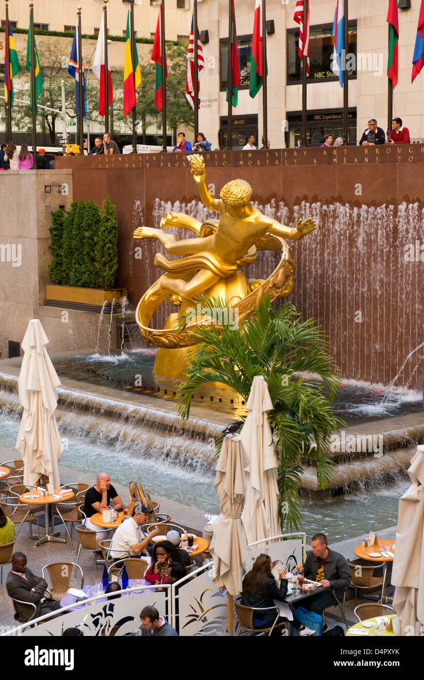 Diners and statue of Prometheus at the Rockefeller Center. - Stock Image