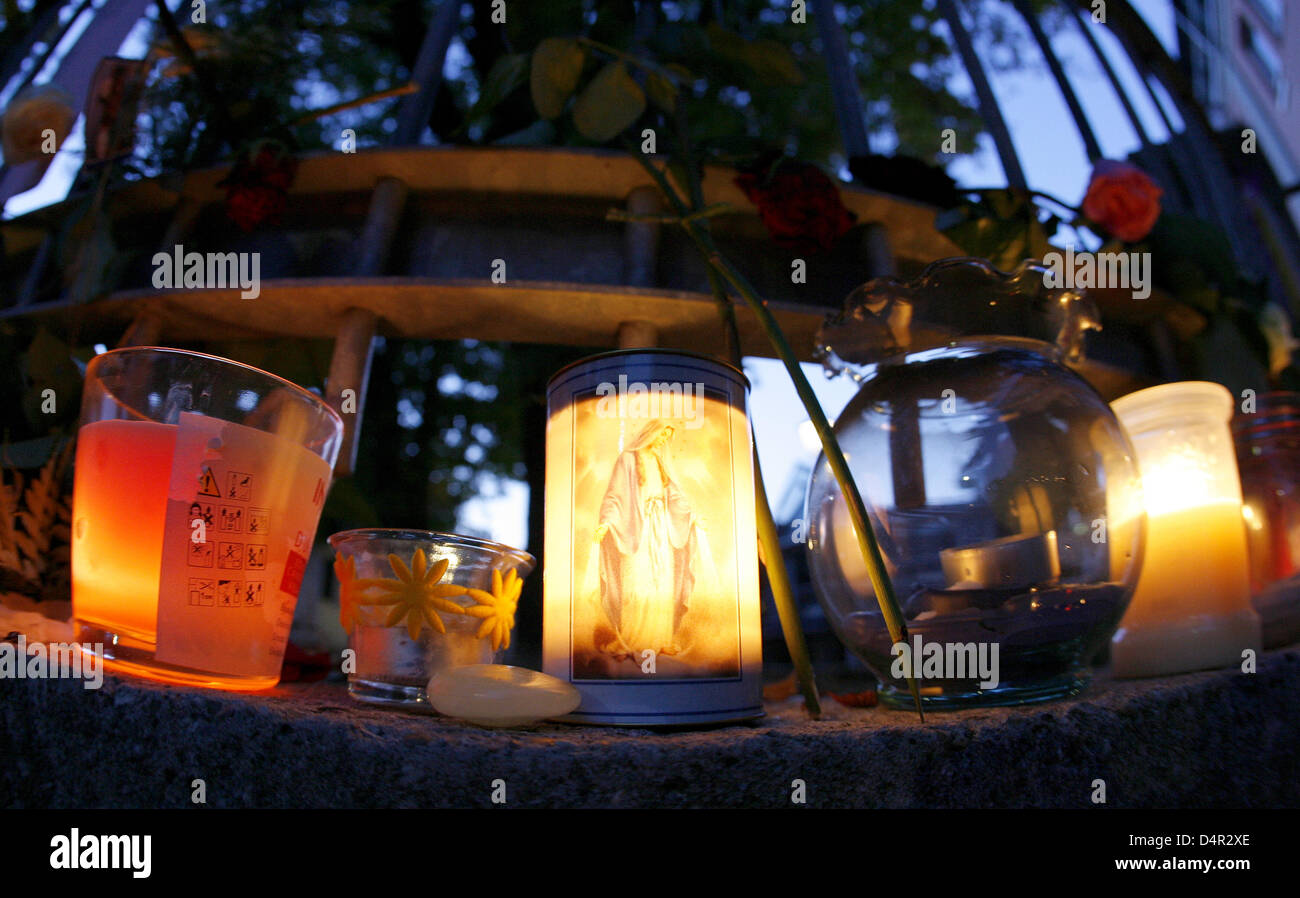 Candles and lanterns are placed in front of the Carolinum school in Ansbach, Germany, 20 September 2009. An 18-year - Stock Image