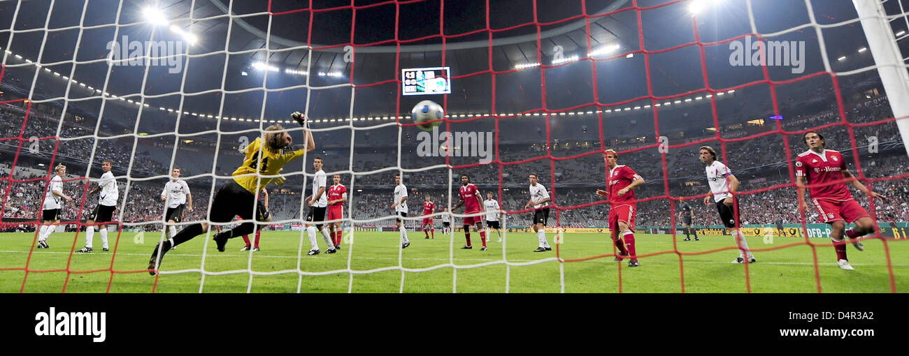 Oberhausen?s goalkeeper Soeren Pirson (C) tries to prevent Munich?s 5-0 score during the German DFB Cup second round - Stock Image