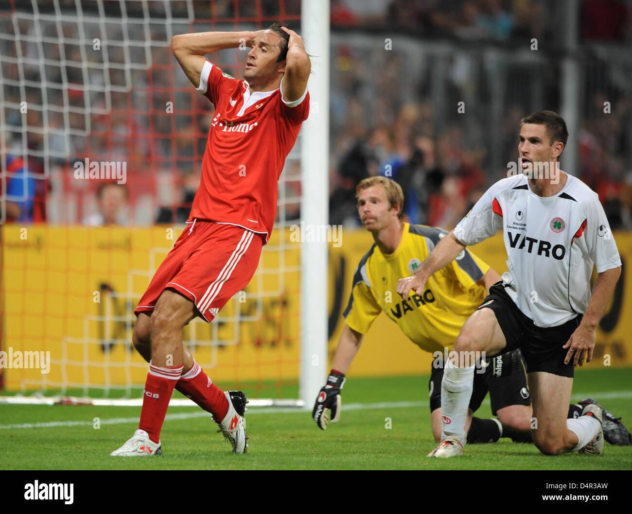 Munich?s Luca Toni (L-R) misses a chance a score next to Oberhausen?s goalkeeper Soeren Pirson and Thomas Schlieter - Stock Image