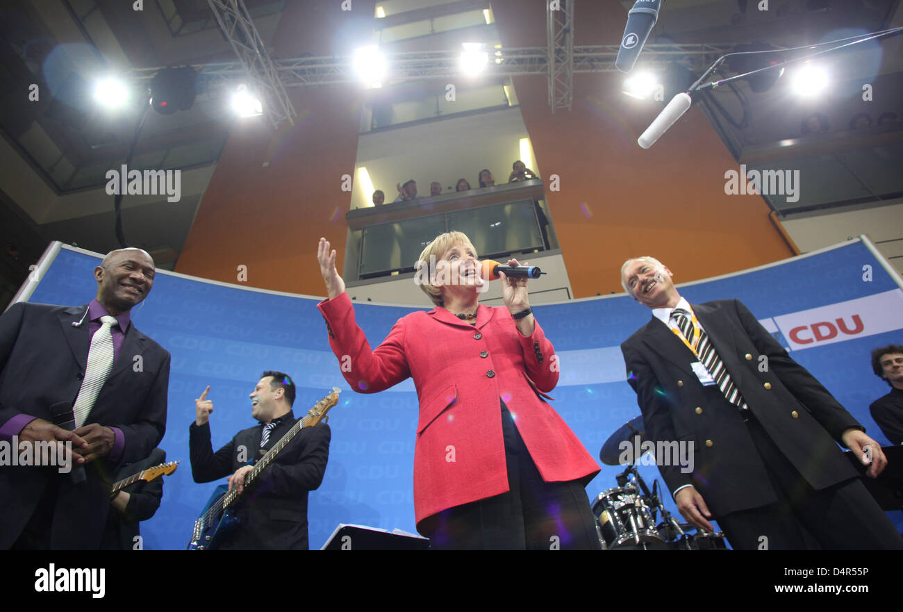 Angela Merkel (C), chairwoman of CDU (Christian Democratic Union) and German Chancellor, addresses party followers on the eve of the German Bundestag elections at ?Konrad-Adenauer-Haus? in Berlin, Germany, 27 September 2009. Photo: Julian Stratenschulte Stock Photo