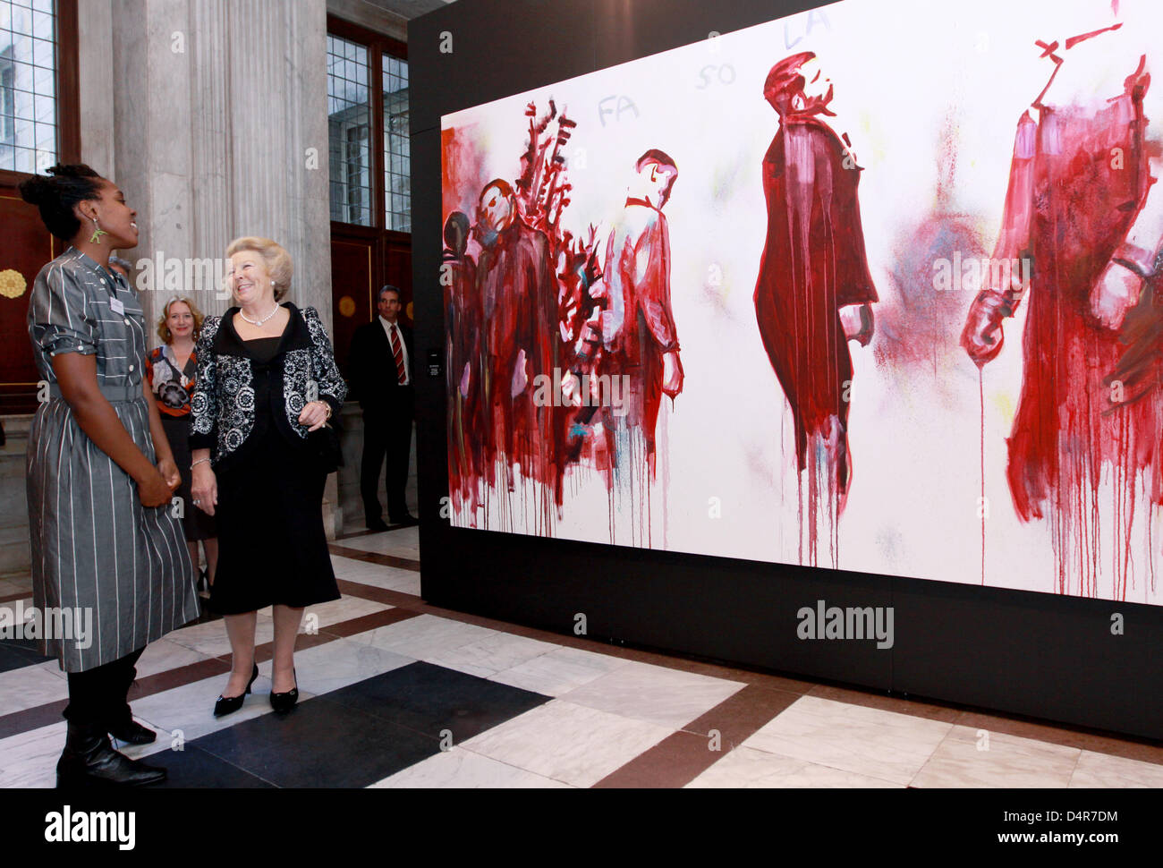 Queen Beatrix of the Netherlands (R) talks with Royal Awards for Painting 2009 laureate Esiri Erheriene-Essie (L) - Stock Image