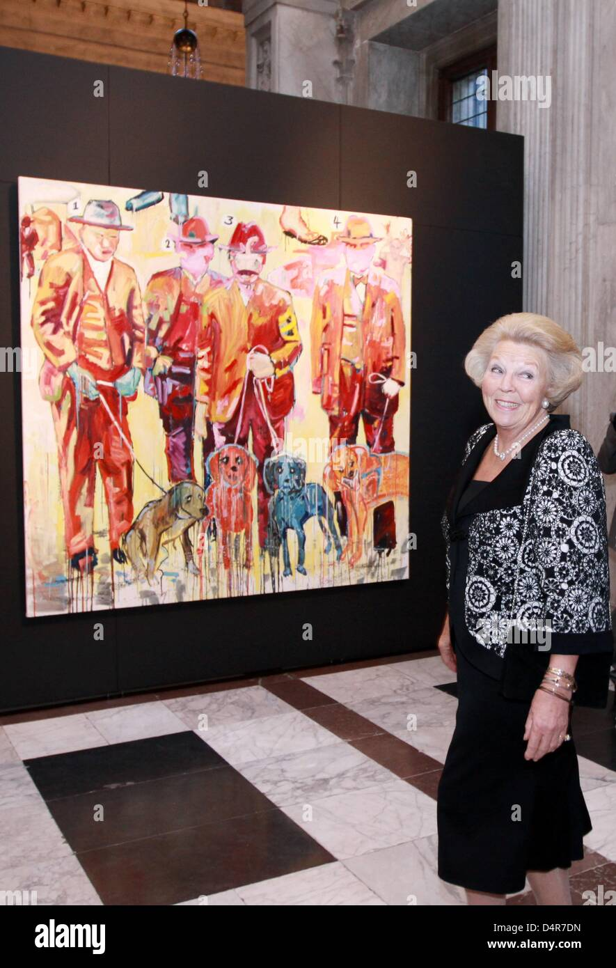 Queen Beatrix of the Netherlands smiles in front of the painting ?The Hounds? by Royal Awards for Painting 2009 - Stock Image
