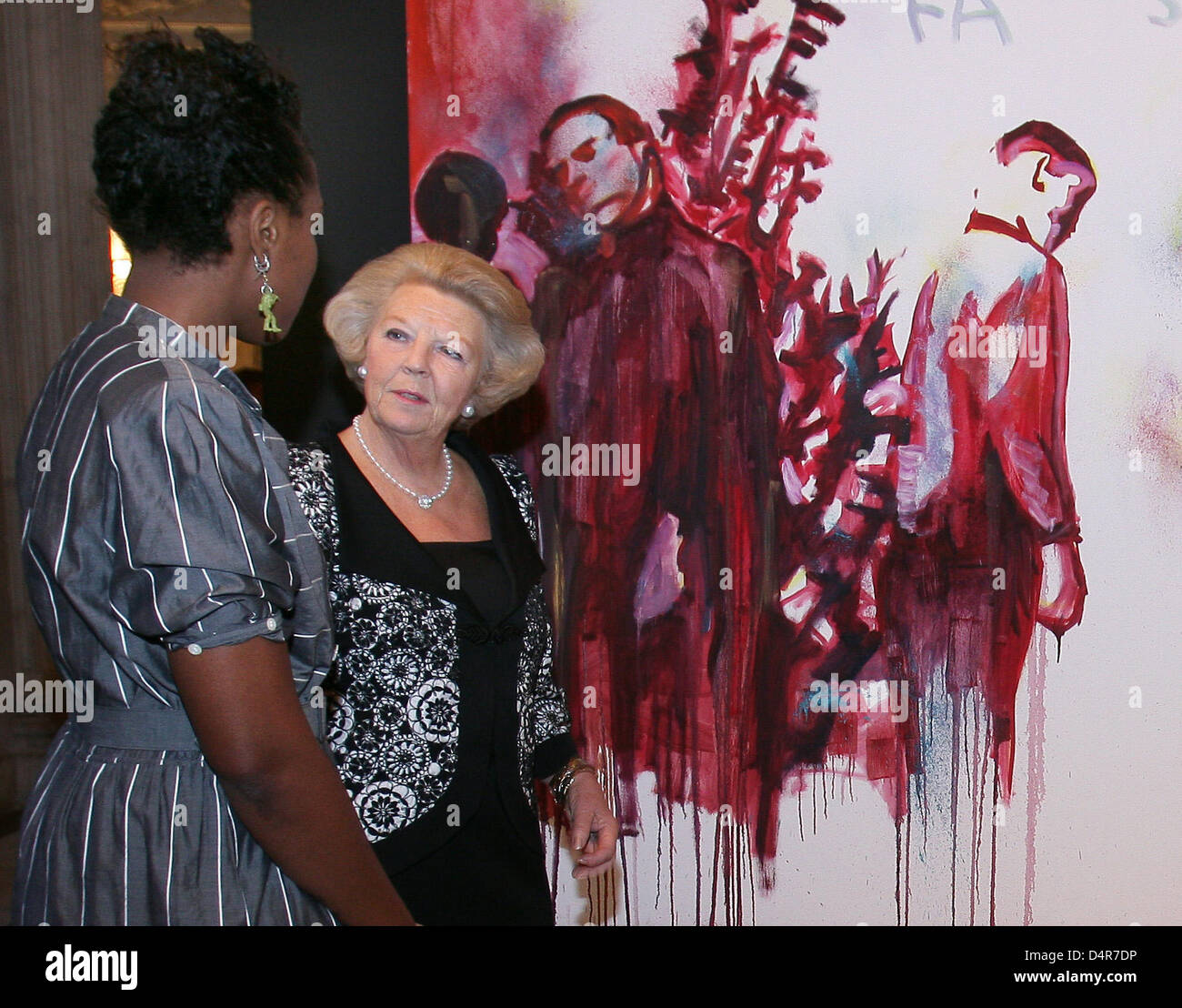 Queen Beatrix of the Netherlands (2-L) talks with Royal Awards for Painting 2009 laureate Esiri Erheriene-Essie - Stock Image