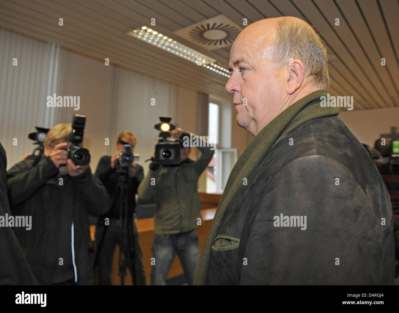 Master butcher Konrad R. arrives at the court room of the County Court in Deggendorf, Germany, 19 October 2009. - Stock Image