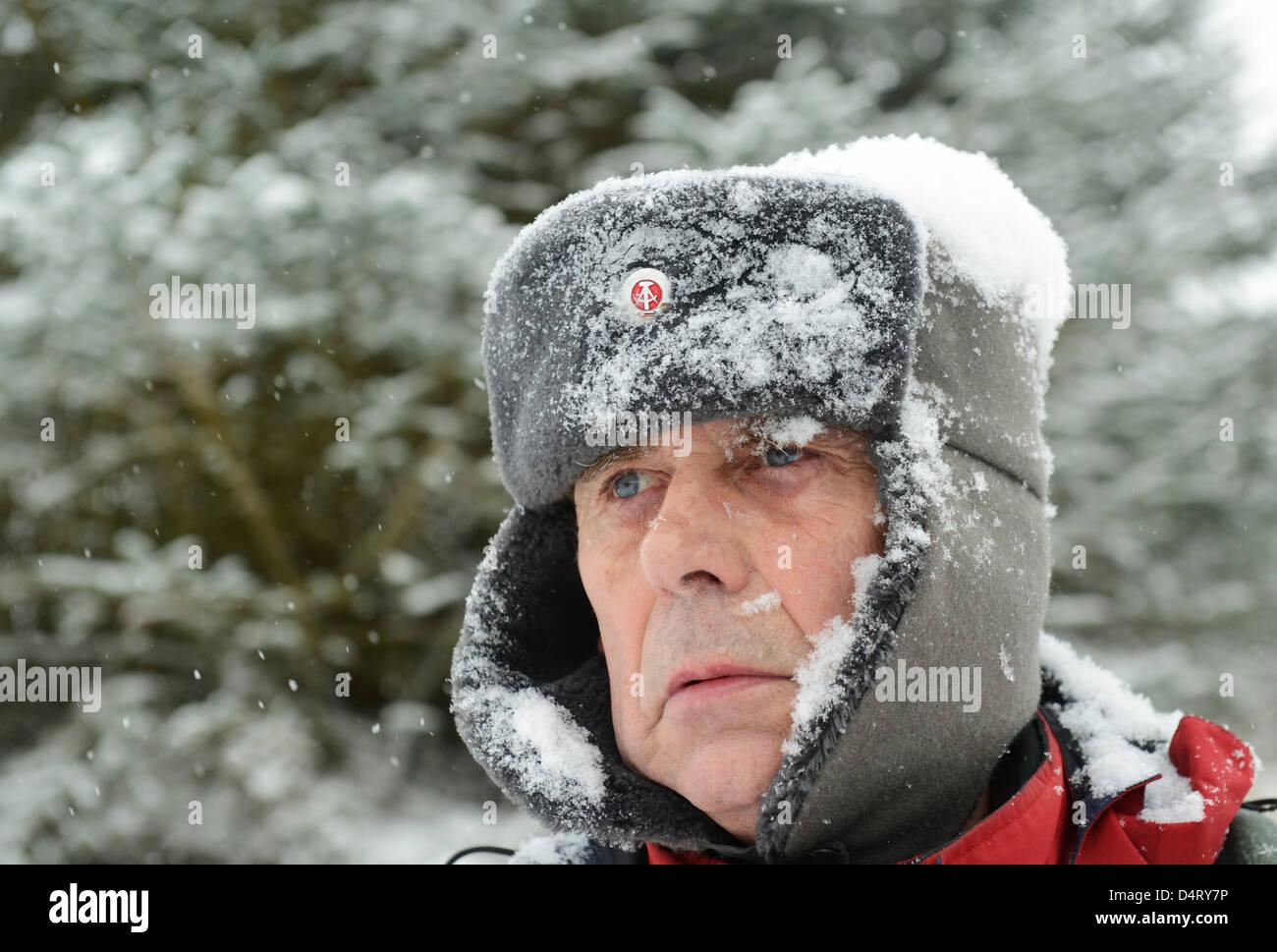 542310e24 Man wearing East German border guard hat Stock Photo: 54616010 - Alamy