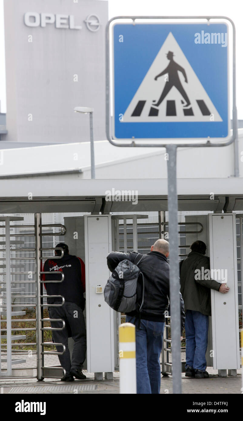 Opel employees arrive for the late shift at the company?s parent plant in Ruesselsheim, Germany, 03 November 2009. - Stock Image
