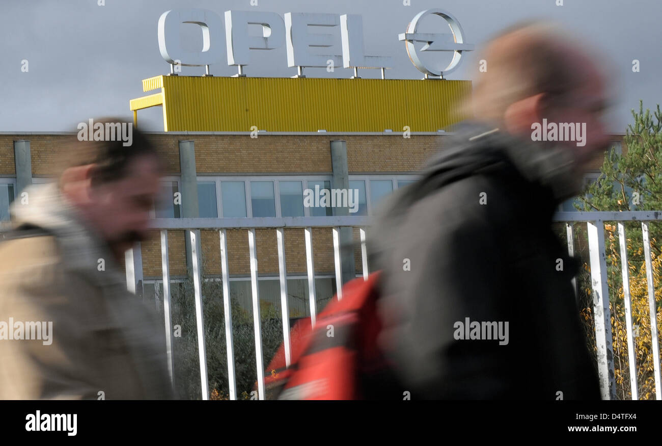 Opel employees leave the Opel factory in Kaiserslautern, Germany, 04 November 2009. Opel owner General Motors surprisingly Stock Photo