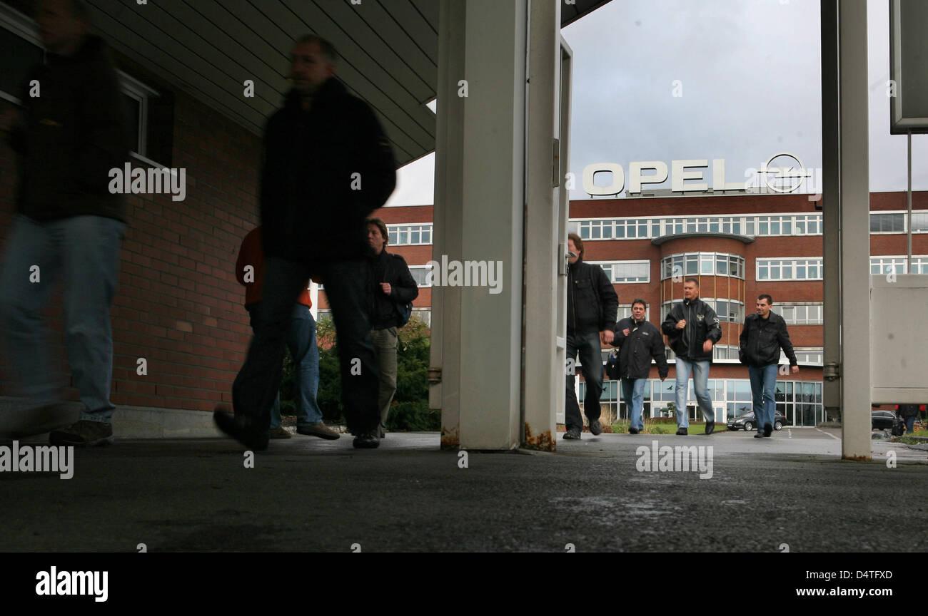 Opel employees leave the Opel factory in Bochum, Germany, 04 November 2009. Opel owner General Motors surprisingly - Stock Image