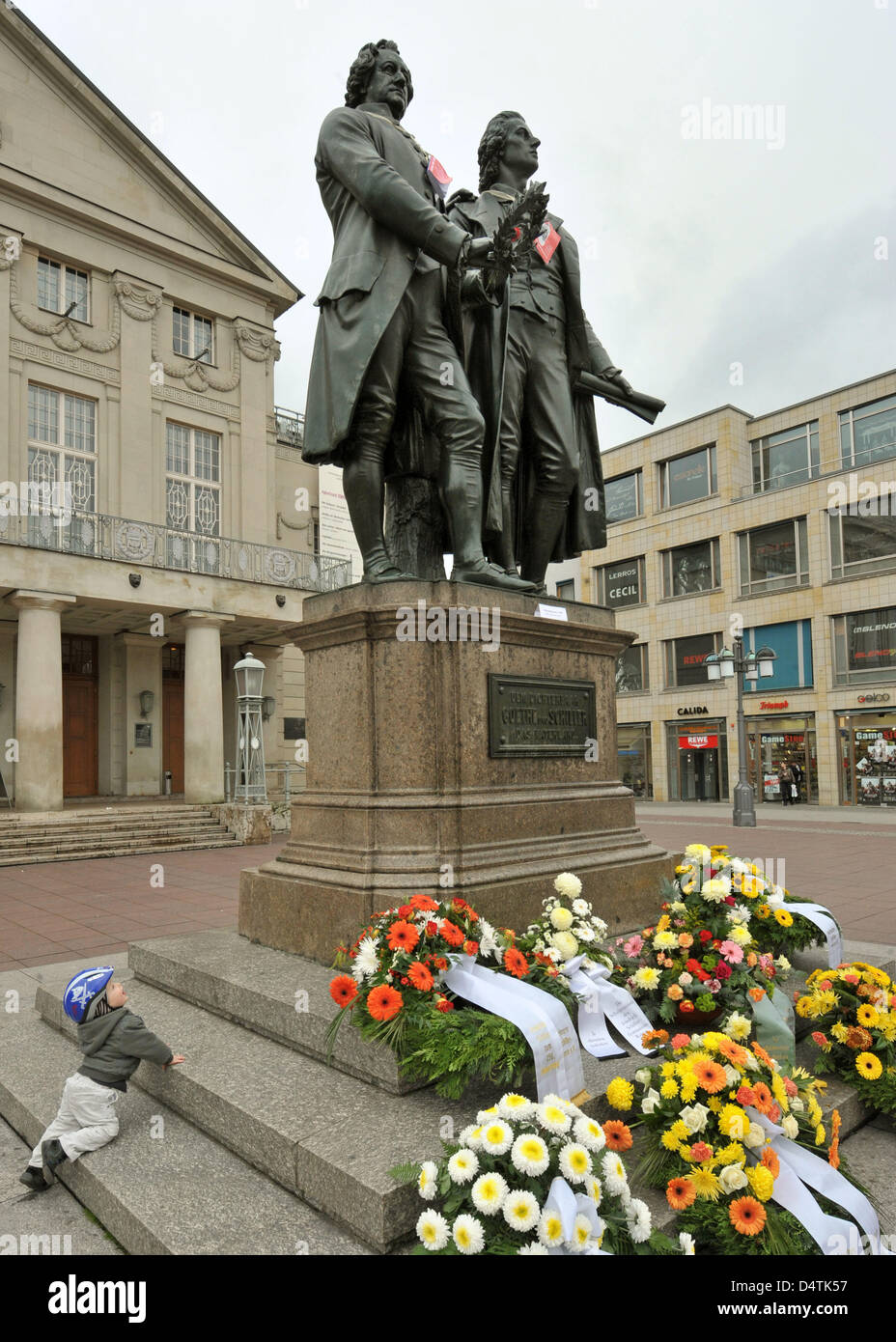Pupils from Weimar lay wreaths in front of the Goethe-Schiller-Monument on theatre square in Weimar, Germany, 10 - Stock Image