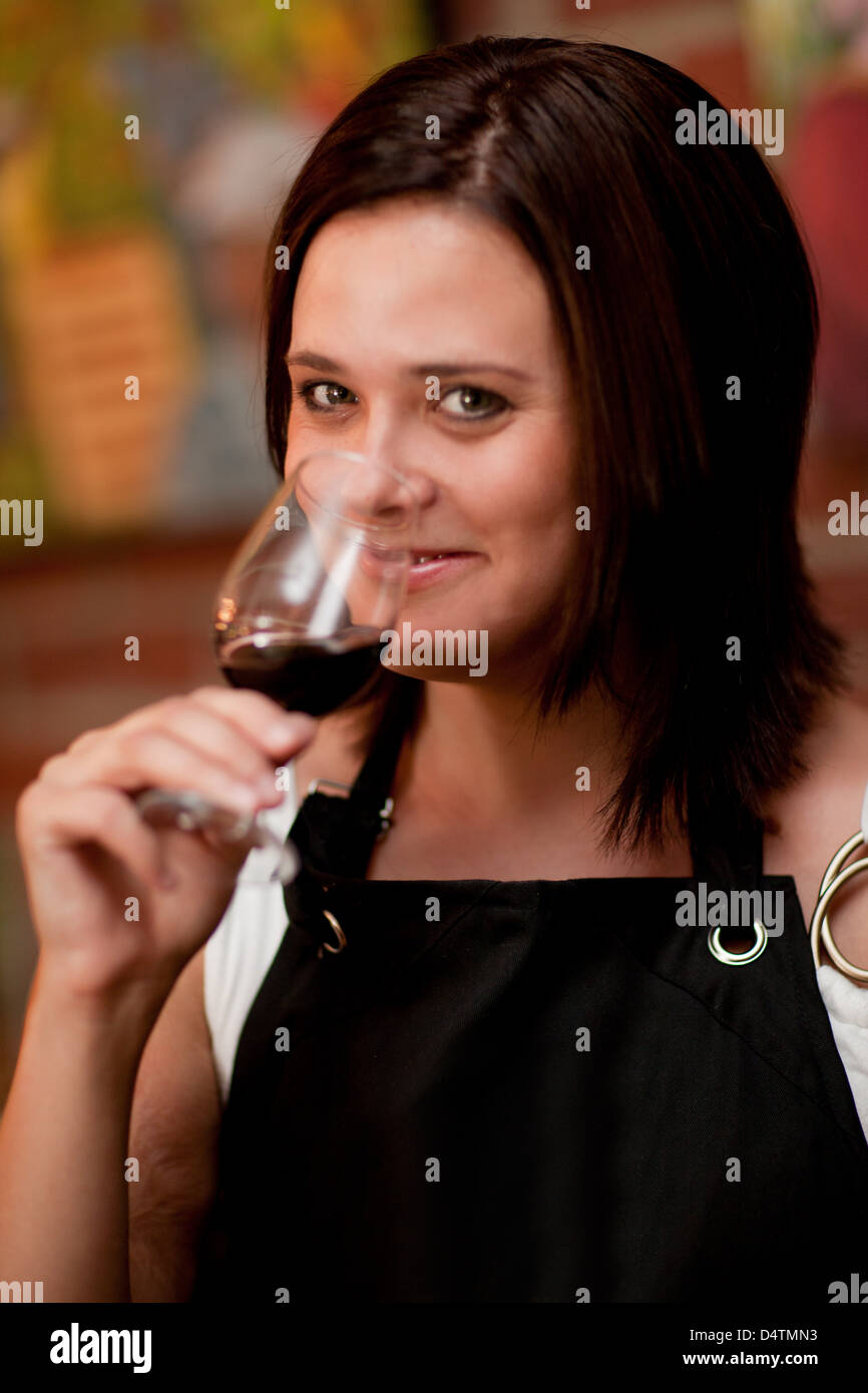 Server tasting wine in grocery store - Stock Image