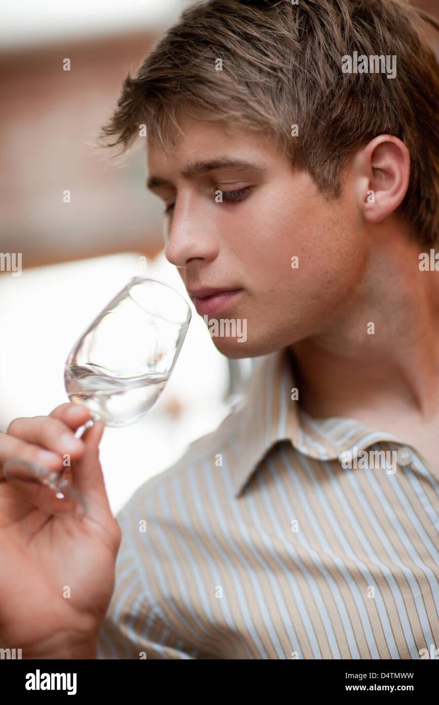 Man tasting wine in grocery - Stock Image