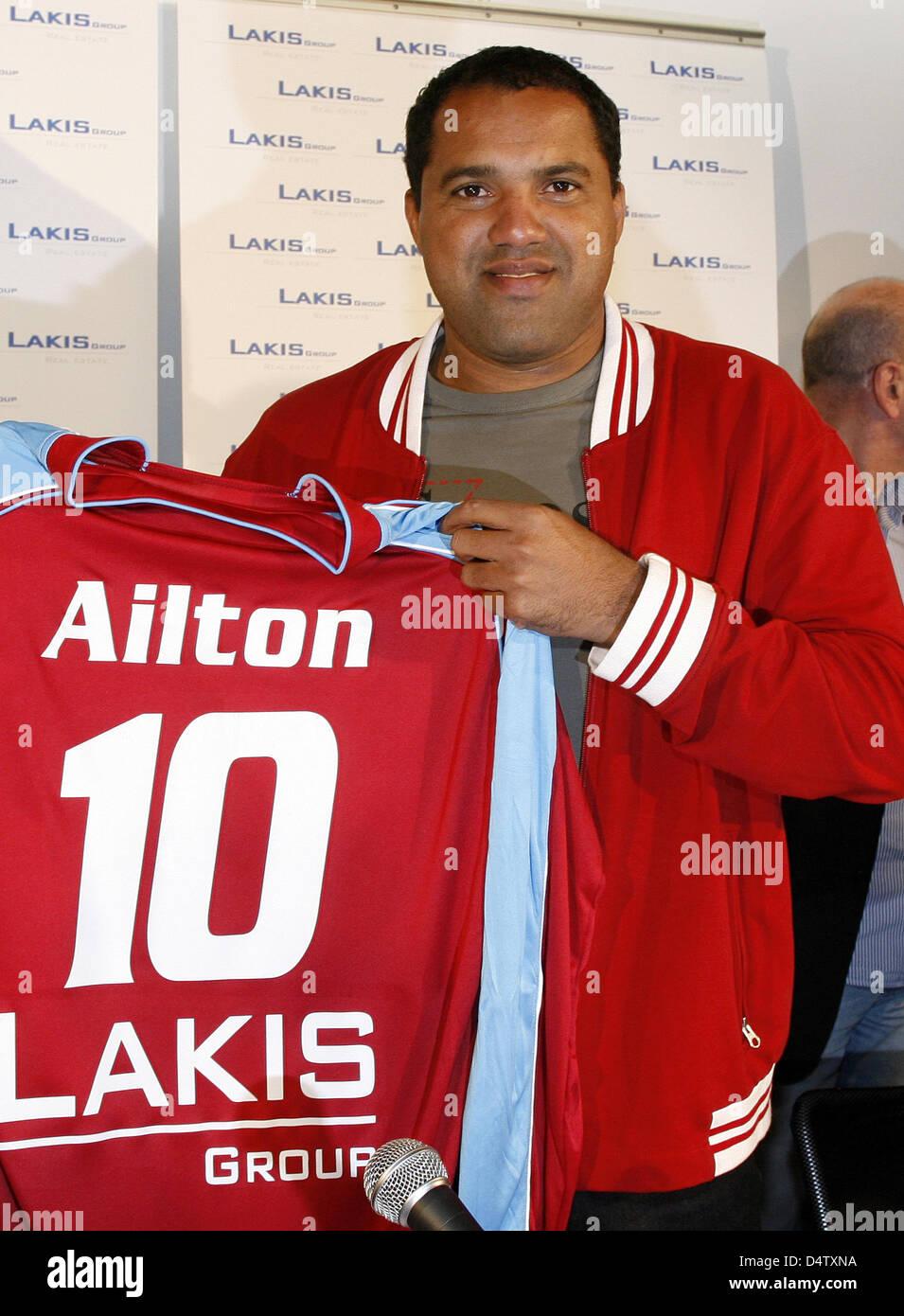 Brazilian soccer player Ailton presents his jersey at soccer club KFC Uerdingen 05 in Krefeld, Germany, 02 December Stock Photo