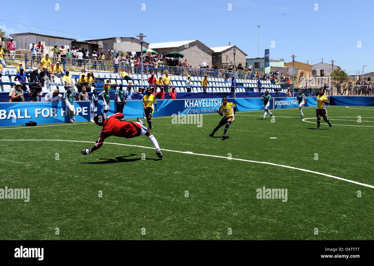 Ein Football for Hope Center des Weltfußballverbandes Fifa wird am Samstag (05.12.2009) in Khayelitsha, einem - Stock Image