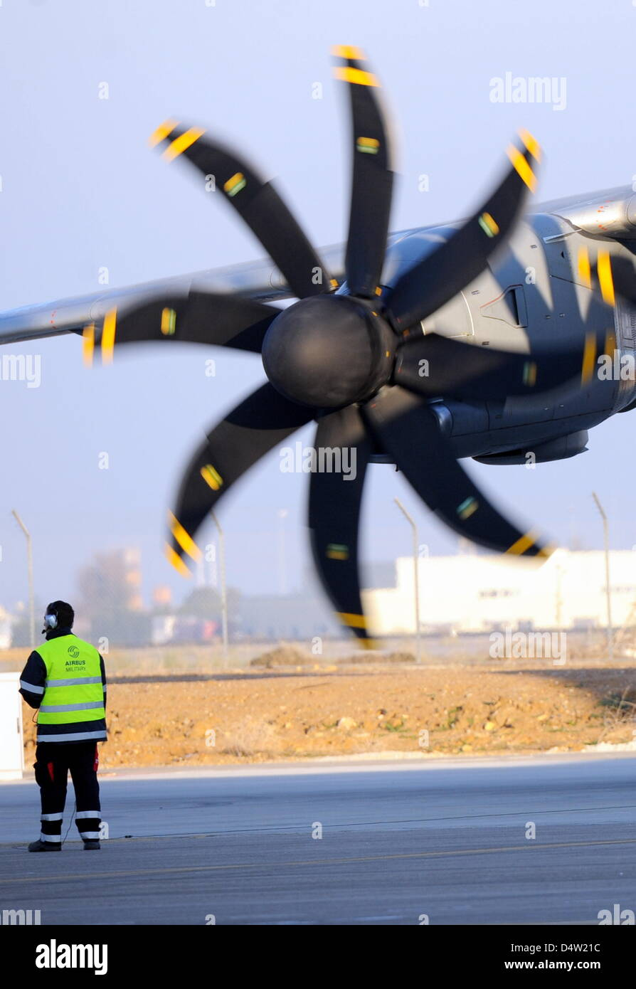 The military Airbus A400M is made ready for its first flight in Sevilla, Spain, 11 December 2009. The four-engined plane took off in front of 2500 guests at quarter past ten a.m. in beautiful sunshine. The maiden flight had originally been planned for early 2008. Photo: MAURIZIO GAMBARINI Stock Photo