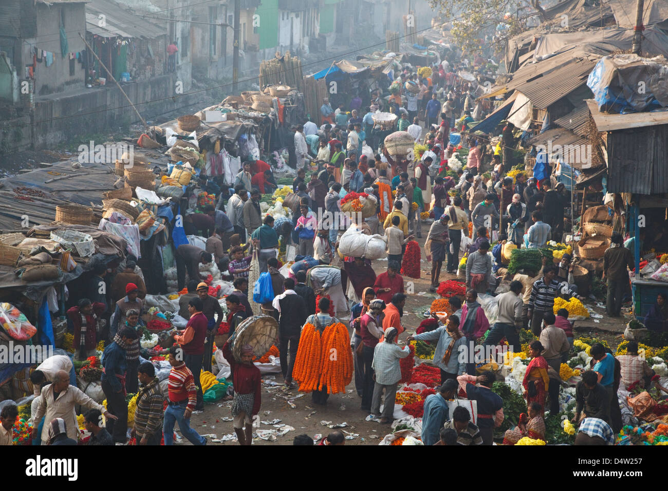 A colorful flower market near Malik (Mallick, Mullik) ghat near Howrah Bridge in Kolkata (Calcutta), India. - Stock Image
