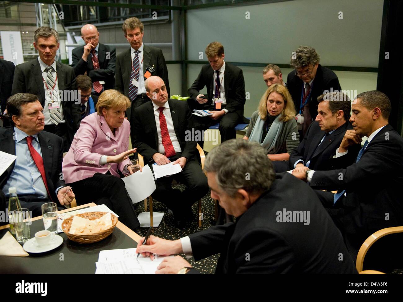 Bundeskanzlerin Angela Merkel (2.v.l) handelt am späten Freitag (18.12.2009) gemeinsam mit EU-Kommissionspräsident - Stock Image
