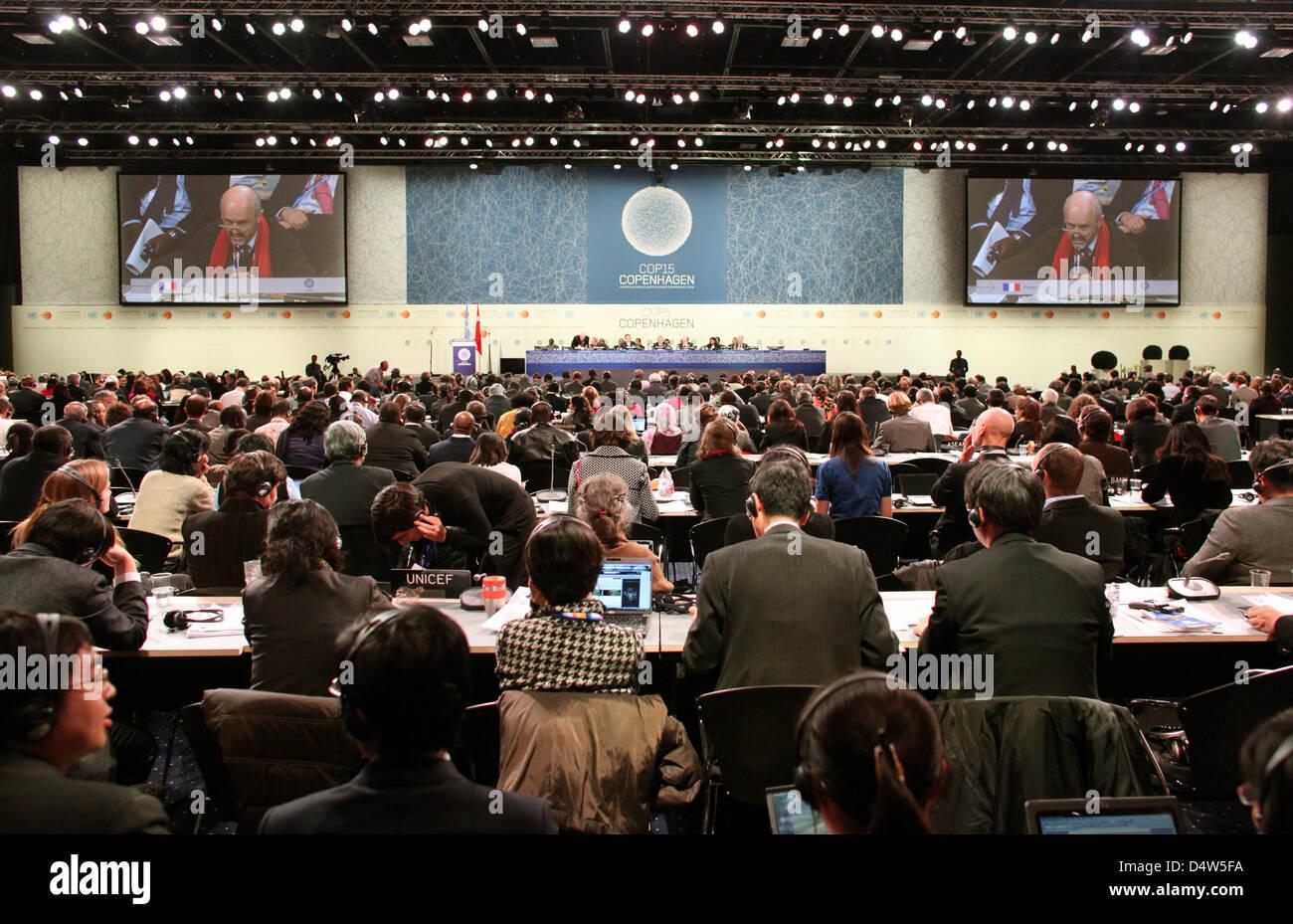 Zahlreiche Delegierte nehmen am frühen Samstagmogen (19.12.2009) in Kopenhagen an der UN-Klimakonferenz teil. Beim Kopenhagener Weltklimagipfel hat das Plenum die Abschlussvereinbarung lediglich «zur Kenntnis» genommen. Nach einer chaotischen Nachtsitzung verzichteten die Delegierten darauf, wie sonst üblich über alle Punkte einzeln abzustimmen. Foto: Kay Nietfeld dpa Stock Photo