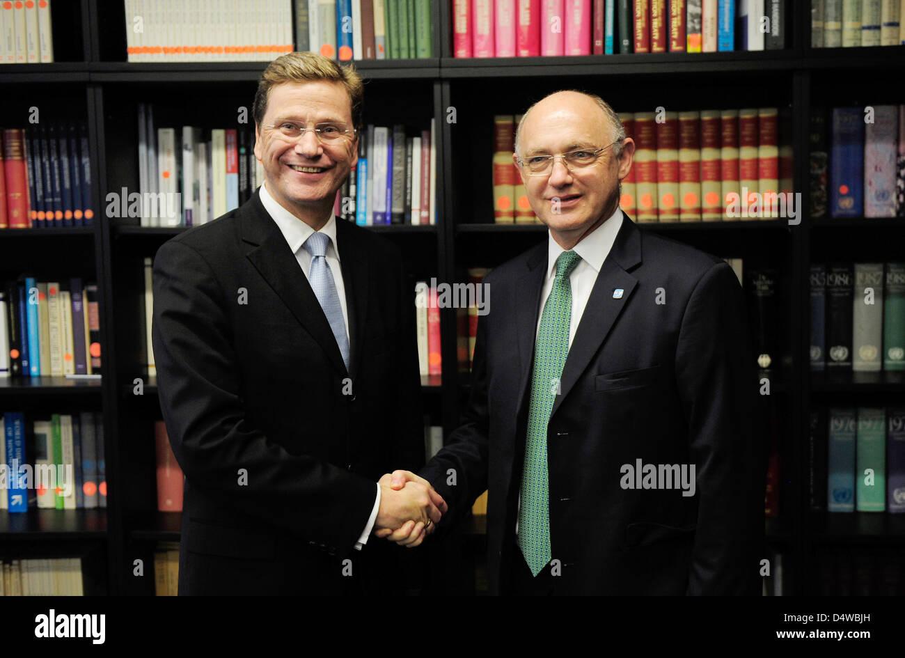 Außenminister Guido Westerwelle (l, FDP) trifft am Freitag (24.09.2010) während der 65. Generalversammlung - Stock Image