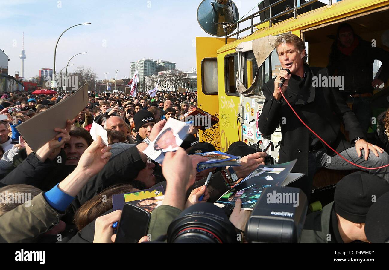 David Hasselhoff particpates in the demonstrations against the removal of parts of the Berlin Wall and gives autographs - Stock Image