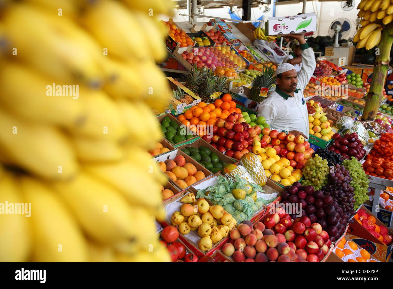 Man carrying box at produce market, Dubai, United Arab Emirates - Stock Image