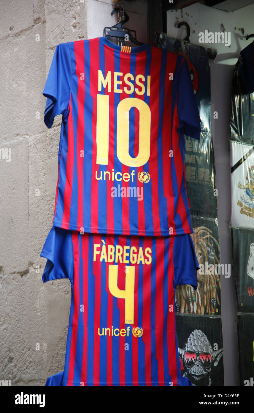 Selling Football shirts, Barcelona, Spain - Stock Image