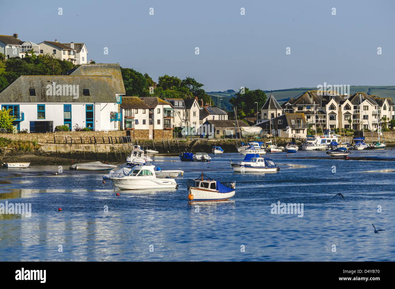 town-quay-the-kingsbridge-estuary-kingsbridge-town-devon-england-uk