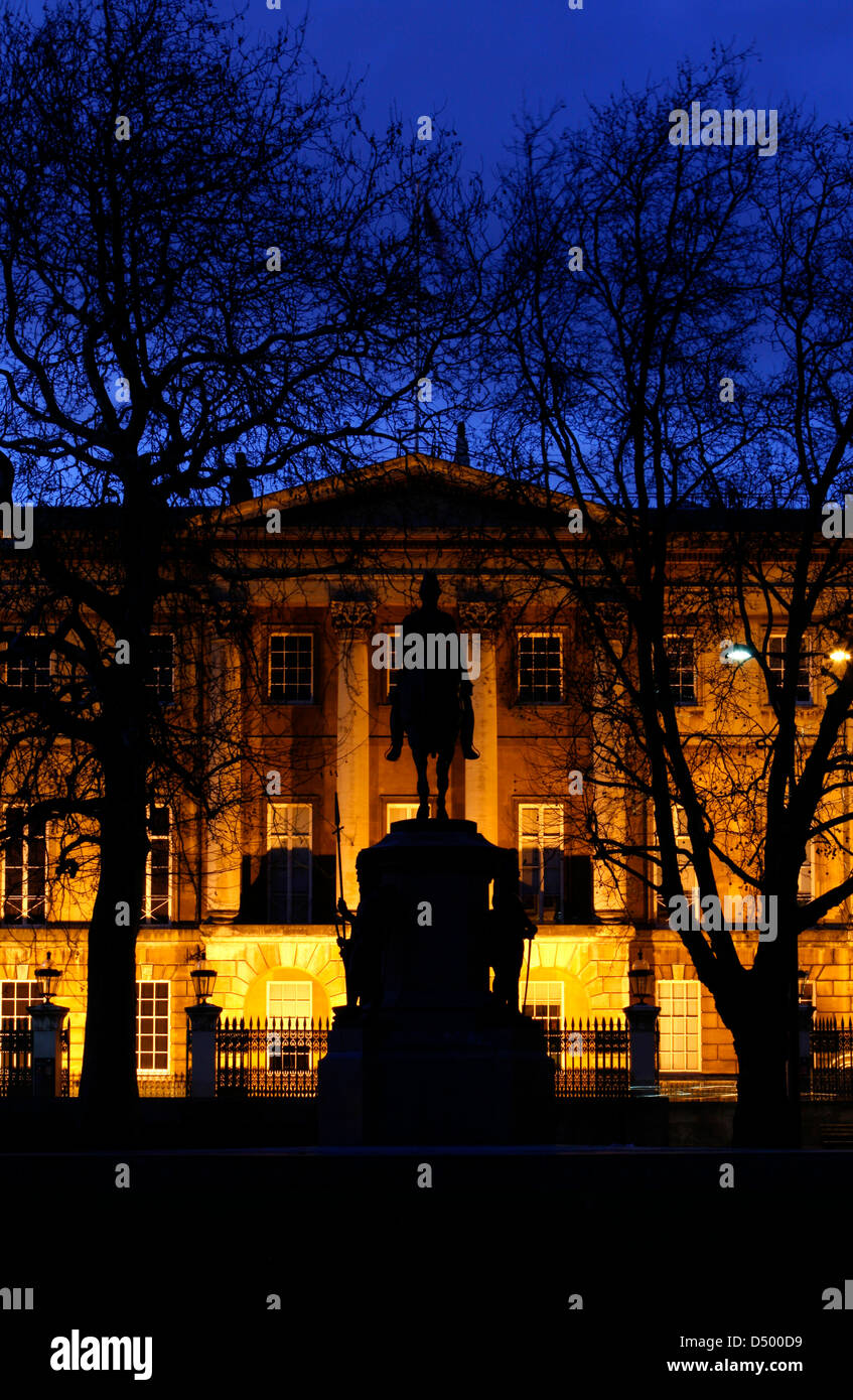 Statue of Duke of Wellington in front of a floodlit Apsley House, Hyde Park Corner, London, UK - Stock Image