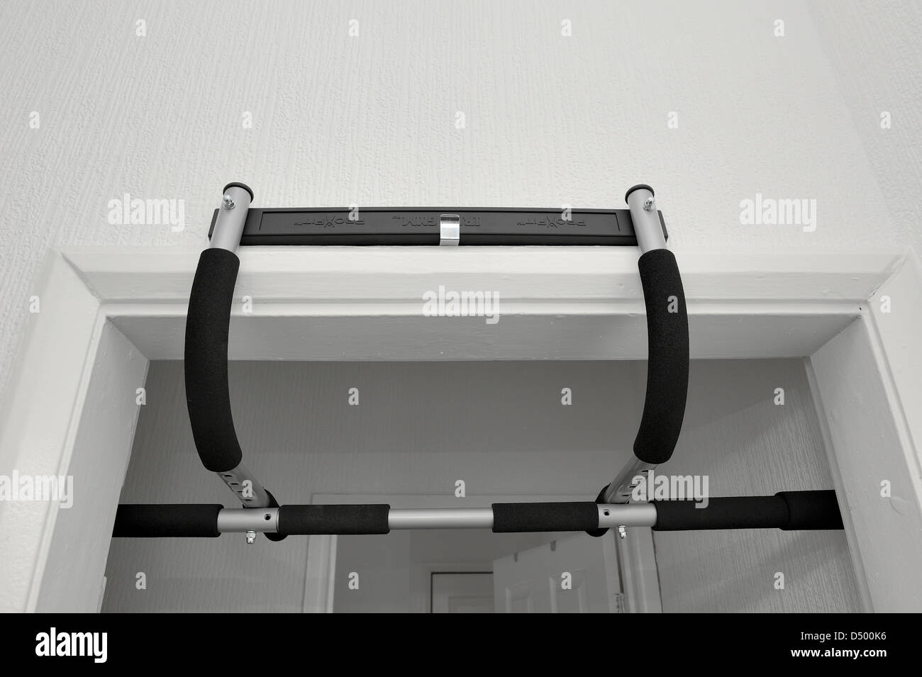 pro fit portable gym work out exercise bar mounted to the top of a door frame - Stock Image