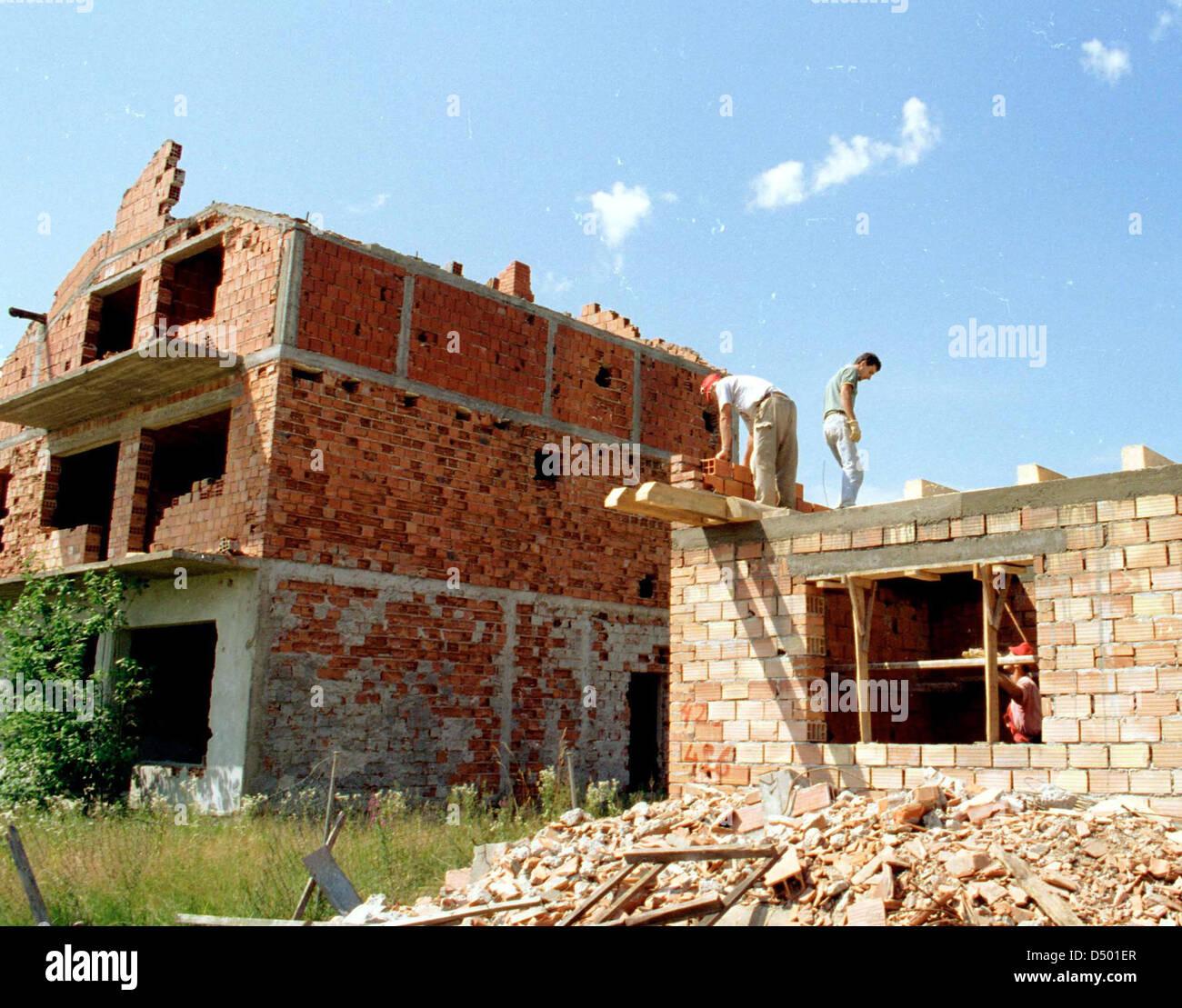 BRCKO, BOSNIA , 08 DECEMBER 1997 ---- Bosnian Moslem men rebuild their home in the contested Bosnian city of Brcko. - Stock Image