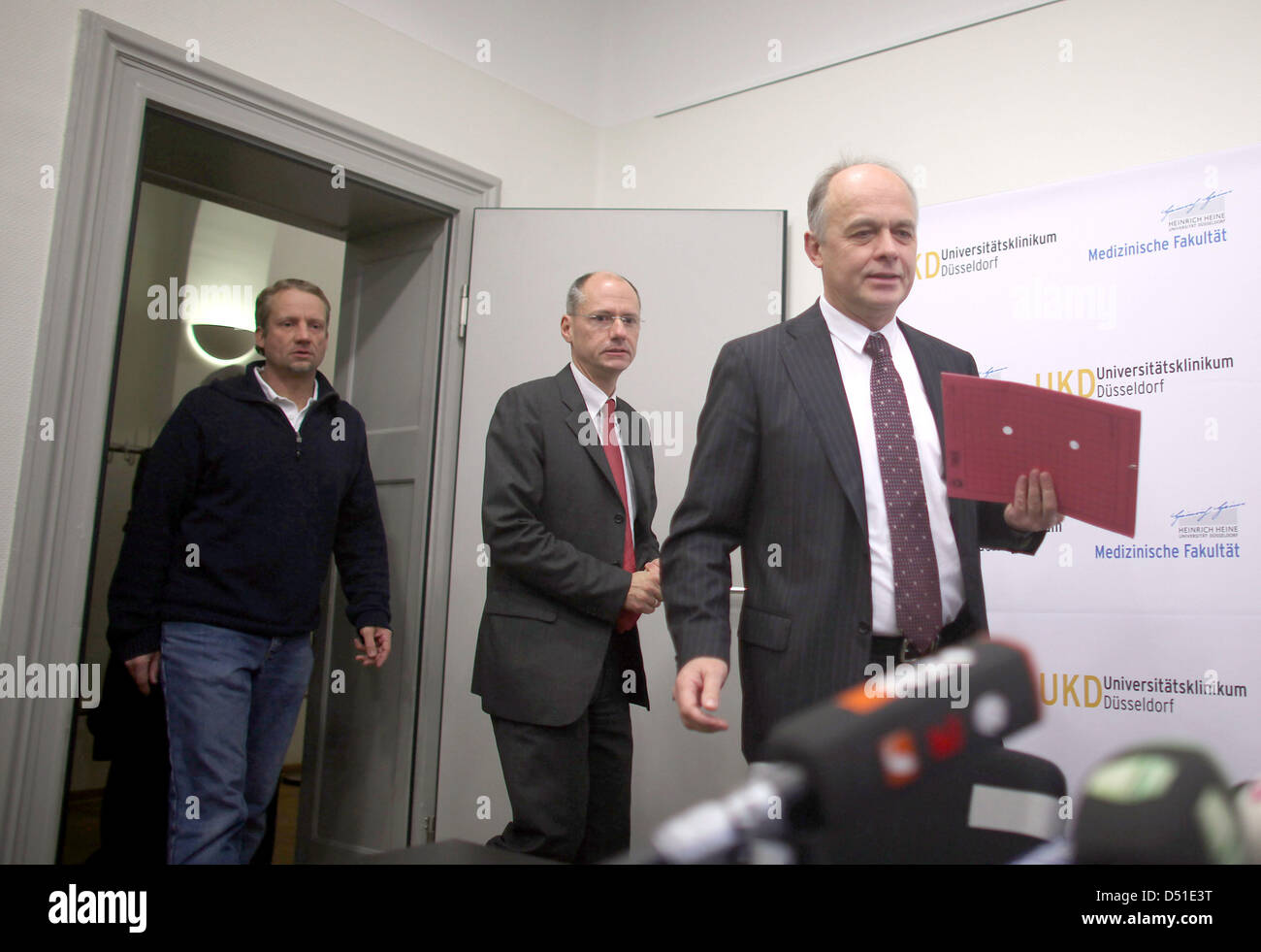The medical director of the University Hospital, Wolfgang Raab (r) and the responsible doctors Richard Bostelmann - Stock Image