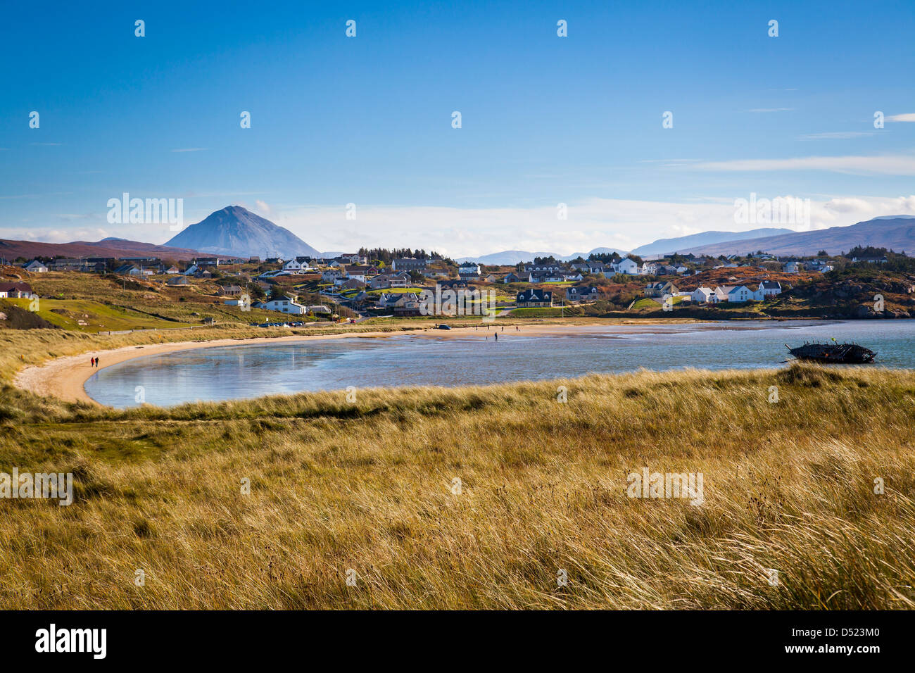 Village of Bunbeg with Mount Errigal in the distance, Donegal, Ireland. - Stock Image