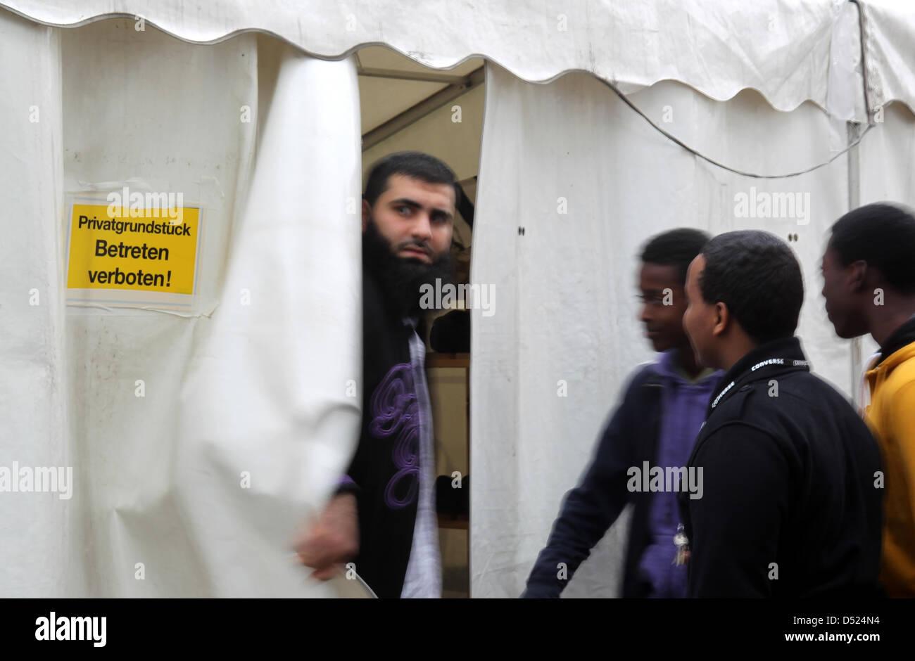 """Anhänger der islamischen Glaubensgruppe """"Einladung zum Paradies"""" verlassen am Freitag (15.10.2010) in Mönchengladbach Stock Photo"""