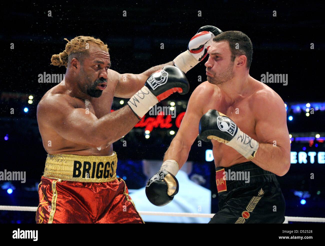 Ukrainian boxer Vitali Klitschko (R) fights against US boxer
