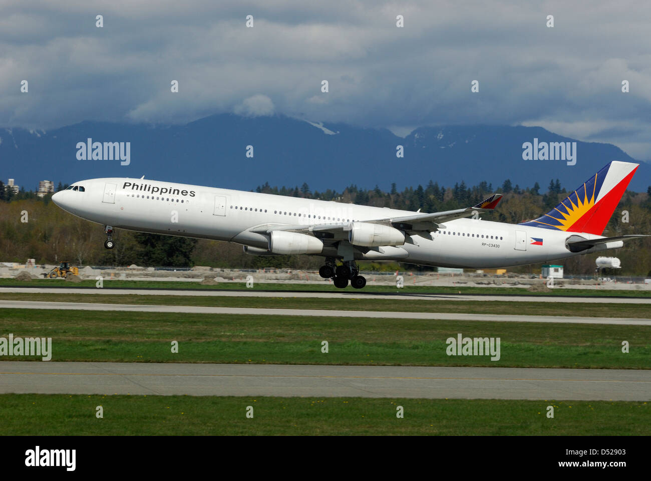 Philippines Airline Airbus A340-313X  landing at Vancouver International airport. - Stock Image