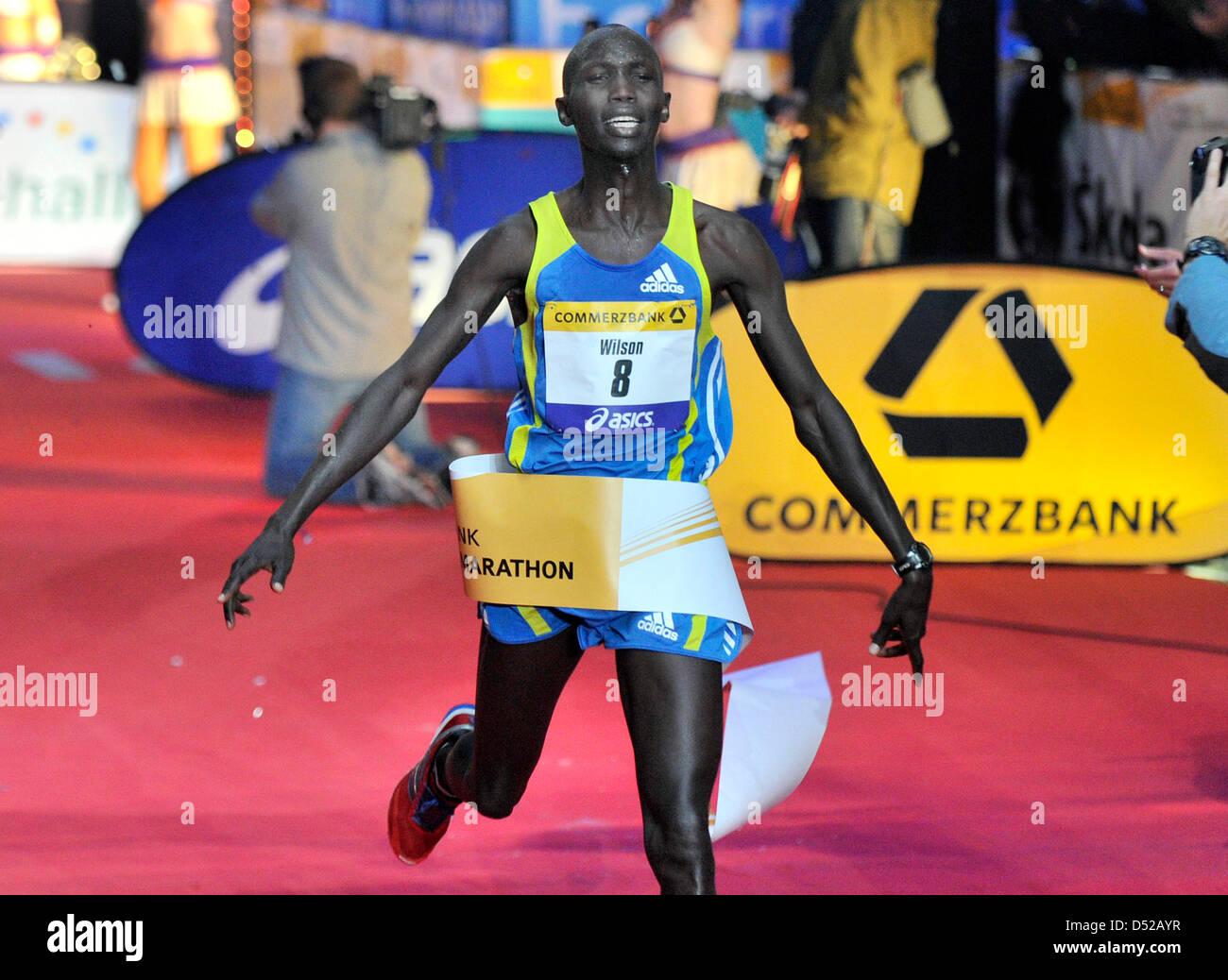 Kenyan athlete Wilson Kipsang wins the 29th Frankfurt Marathon, Germany, 31 October 2010. According to the organisers, - Stock Image