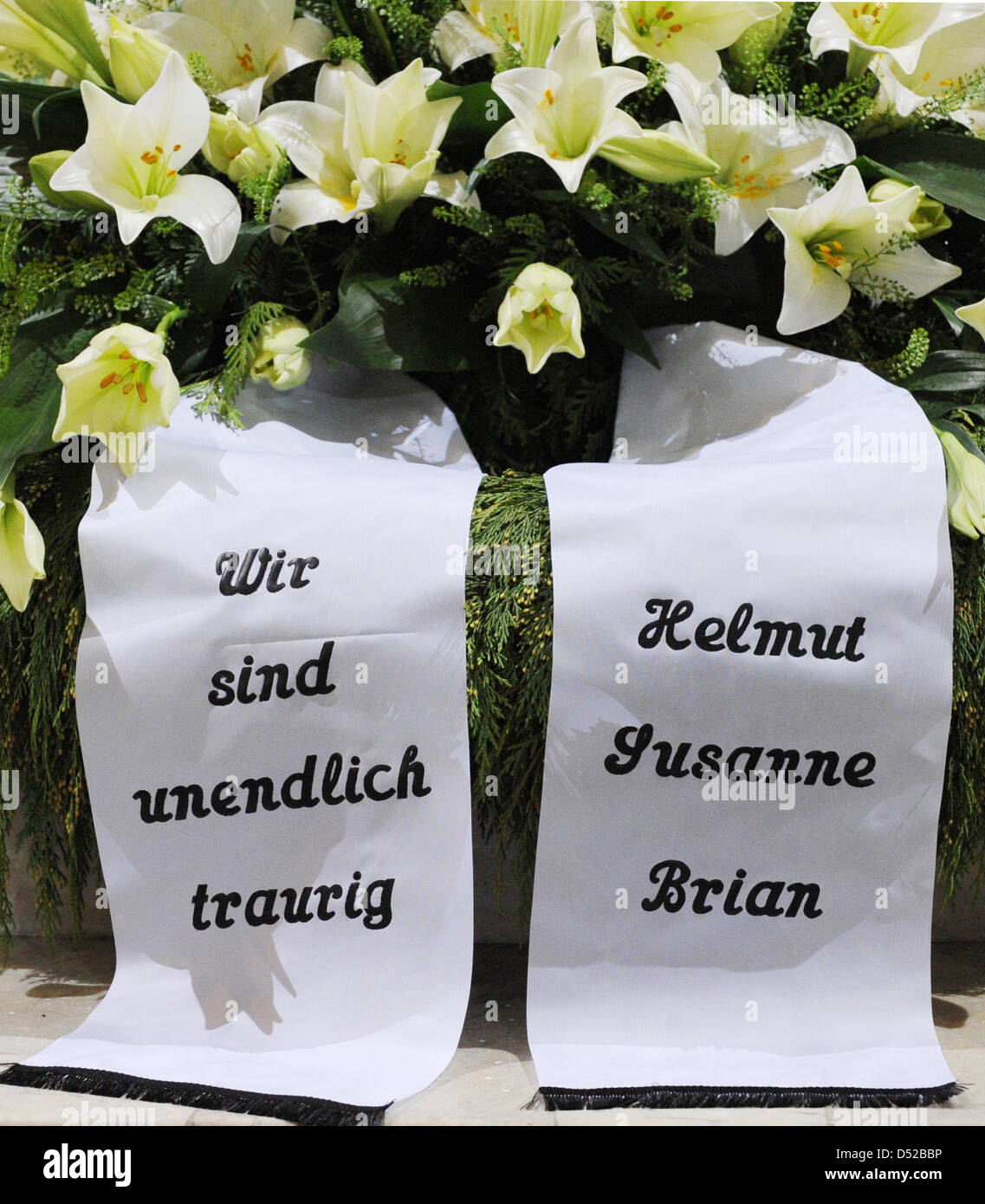 The Banners On Loki Schmidts Funeral Wreath Say We Are Boundlessly