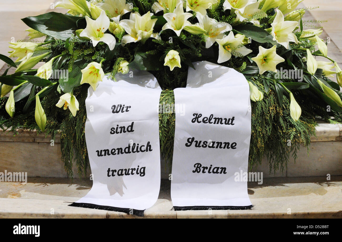 The banners on loki schmidts funeral wreath say we are boundlessly the banners on loki schmidts funeral wreath say we are boundlessly sad and helmut susanne brian at the funeral service at st michaelis church in izmirmasajfo