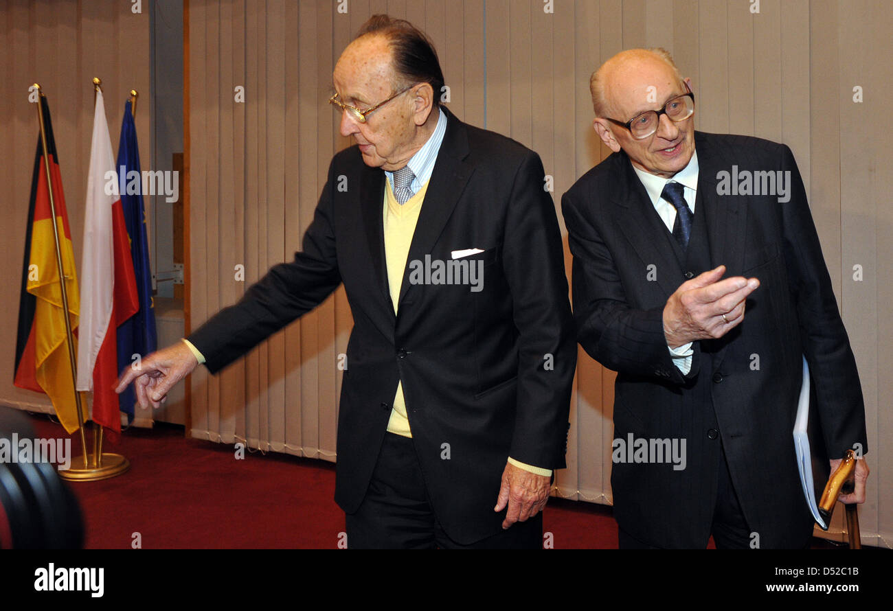Former foreign ministers of Germany and Poland, Hans-Dietrich Genscher (L) und Wladyslaw Bartoszewski stand together - Stock Image