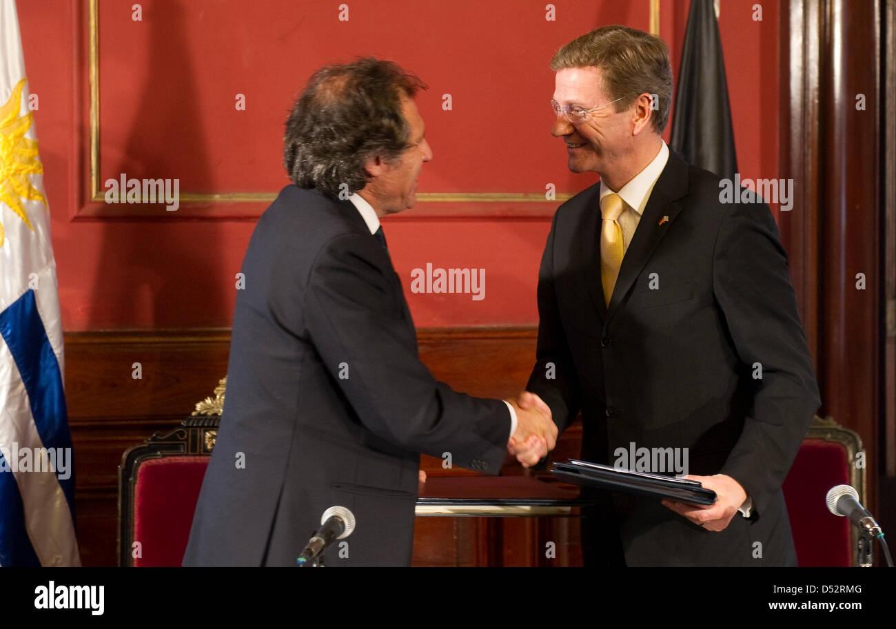 Bundesaußenminister Guido Westerwelle (FDP, r) und der Außenminister von Uruguay, Luis Almagro, geben - Stock Image