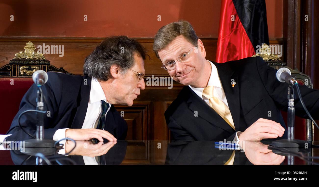 Bundesaußenminister Guido Westerwelle (FDP, r) und der Außenminister von Uruguay, Luis Almagro, geben am Dienstag Stock Photo
