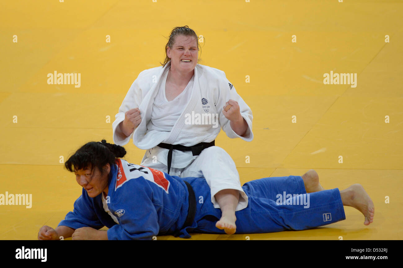 Karina Bryant (GBR, Great Britain, white) celebrates after beating Gulzhan Issanova (KAZ, Kazakhstan) in the quarter - Stock Image