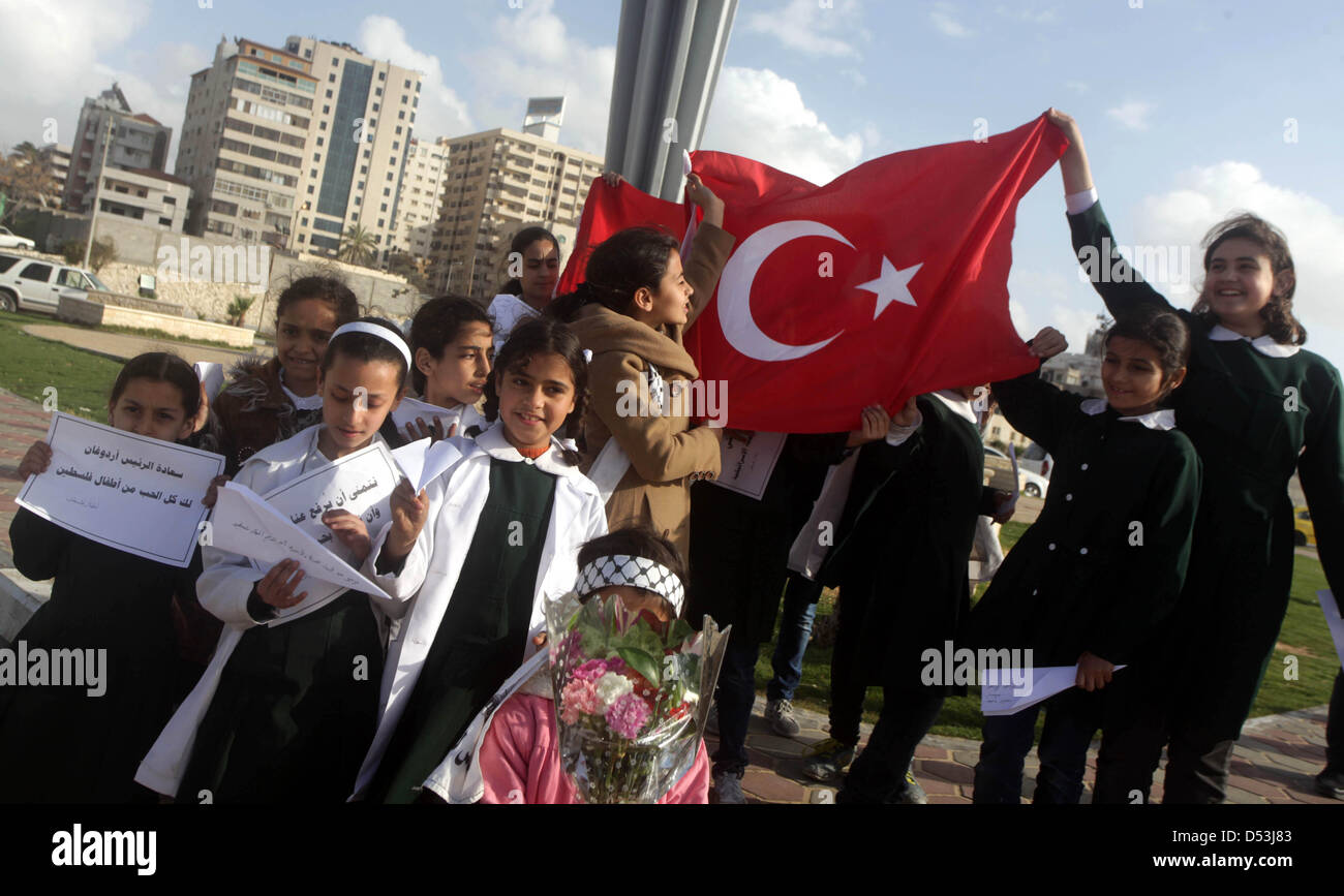 Gaza City, Gaza Strip, Palestinian Territory. 23rd March 2013. Palestinian schoolgirls hold Turkish flag and gather - Stock Image