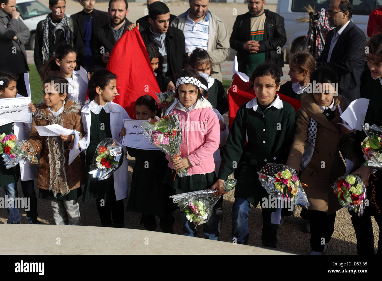 Gaza City, Gaza Strip, Palestinian Territory. 23rd March 2013. Palestinian schoolgirls lay flowers on a statue erected - Stock Image