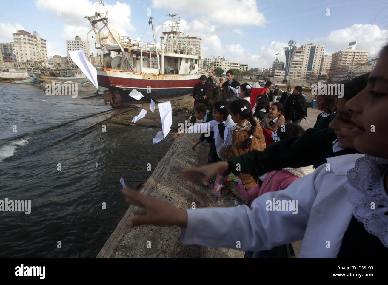 Gaza City, Gaza Strip, Palestinian Territory. 23rd March 2013. Palestinian schoolgirls throw letters at the sea - Stock Image