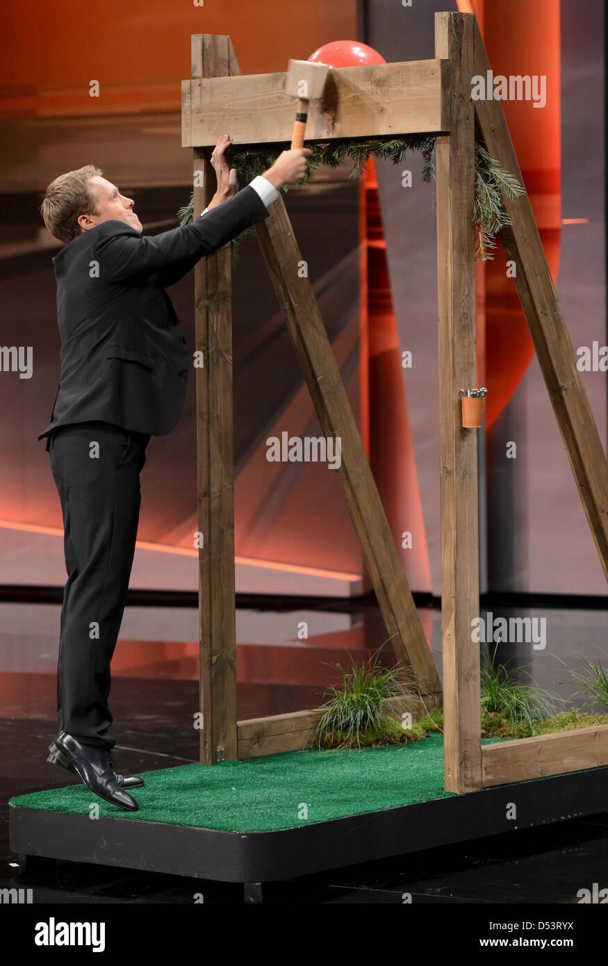 """HANDOUT- Komiker Oliver Pocher tritt in der Sendung """"Wetten, dass..?"""" am 23.03.2013 in Wien auf. Foto: Sascha Baumann/ZDF Stock Photo"""