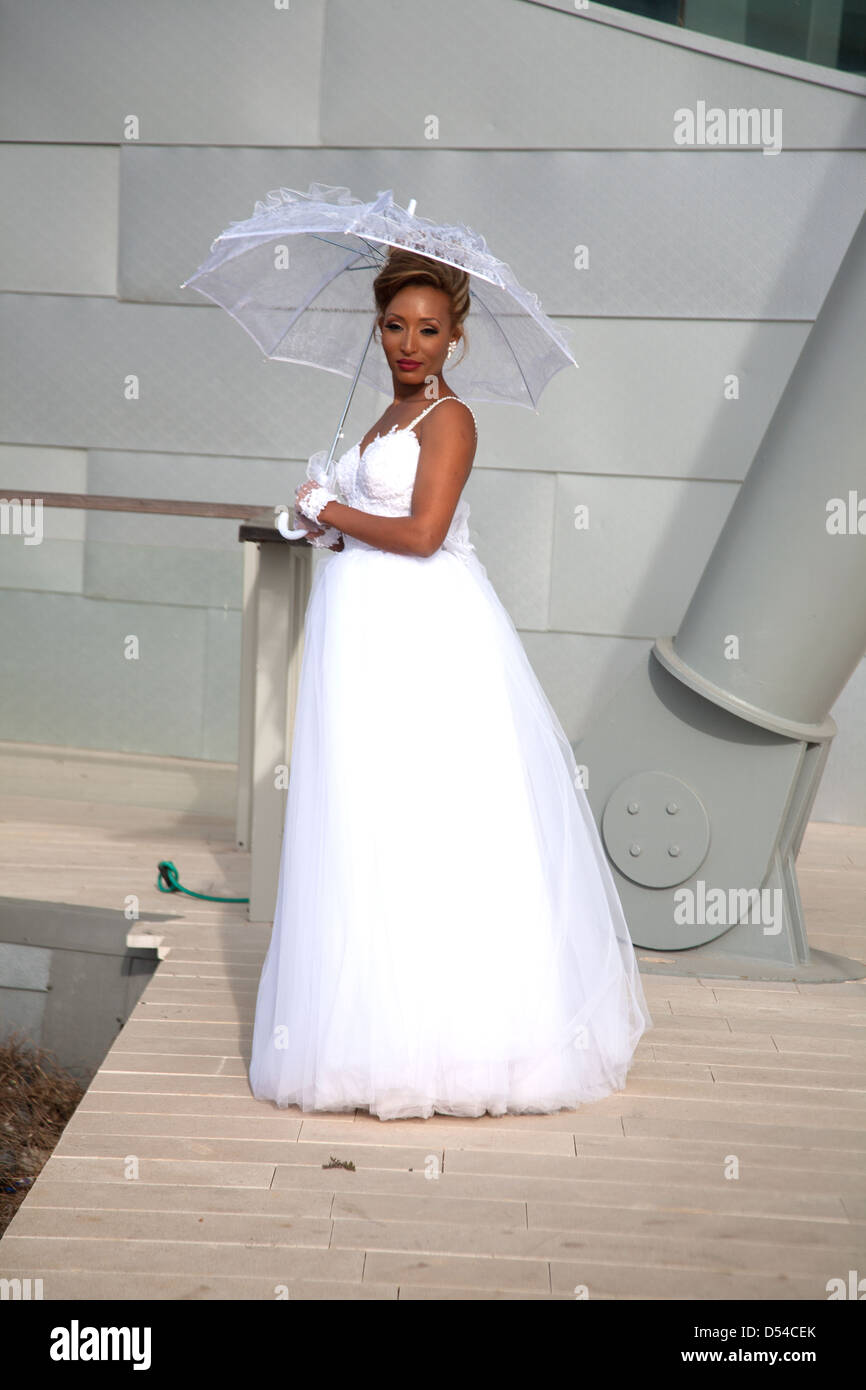 Bride posing in front of Ashdod Performing Arts Centre, Israel, Middle East - Stock Image
