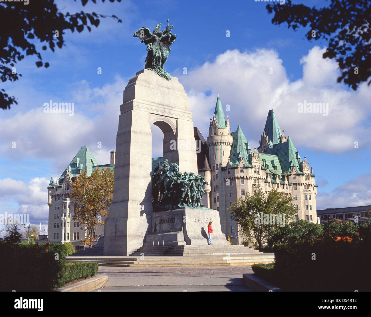 The National War Memorial and Château Laurier, Confederation Square, Ottawa, National Capital Region, Ontario - Stock Image